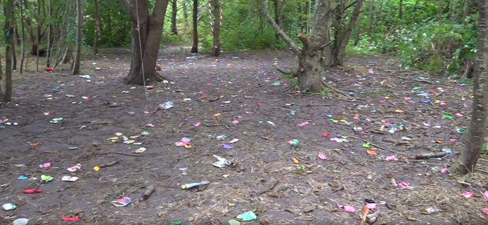 De grond lag vol met ballonnen en bierblikken.