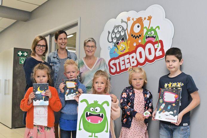 Sharon Simays, Tine Decapmaker, Conny Wallyn en enkele leerlingen zijn blij met hun buitenaardse vriendjes.