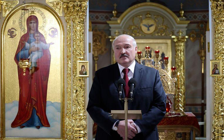 De Wit-Russische president Aleksandr Loekasjenko tijdens een orthodoxe paasmis op 2 mei 2021 in het stadje Turov, op zo'n 270 kilometer afstand van Minsk. Beeld AP