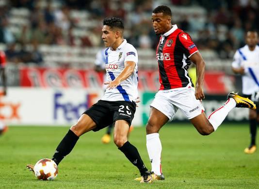 Navarone Foor houdt tegen OGC Nice Alassane Pléa (rechts) van de bal af.