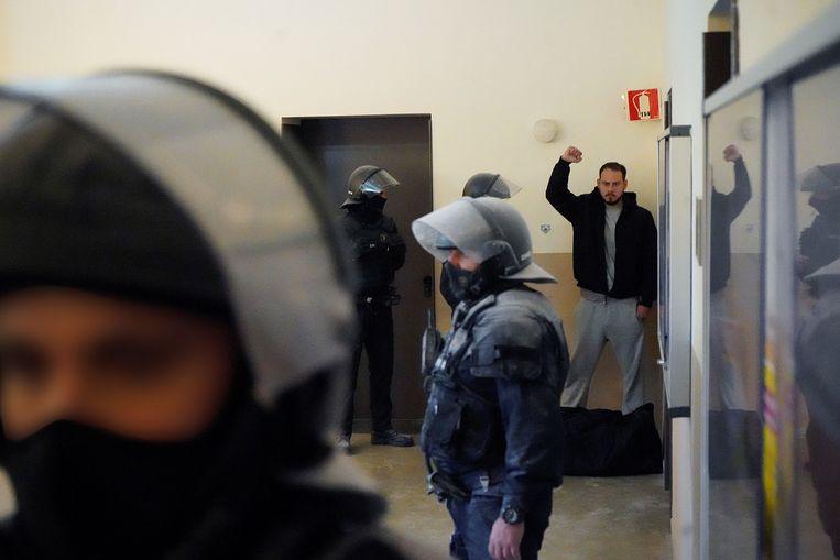 Pablo Hasél werd dinsdag in een cel gezet om een gevangenisstraf van negen maanden uit te zitten. Beeld EPA
