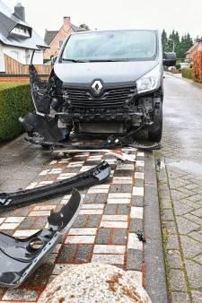 Schade aan bestelbus door ongeluk in Sprundel