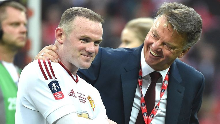 Van Gaal viert het winnen van de FA Cup met captain Wayne Rooney. Beeld pro shots