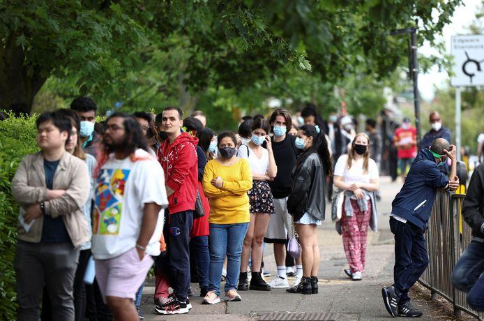 Mensen in de rij voor een coronavaccin in Londen.