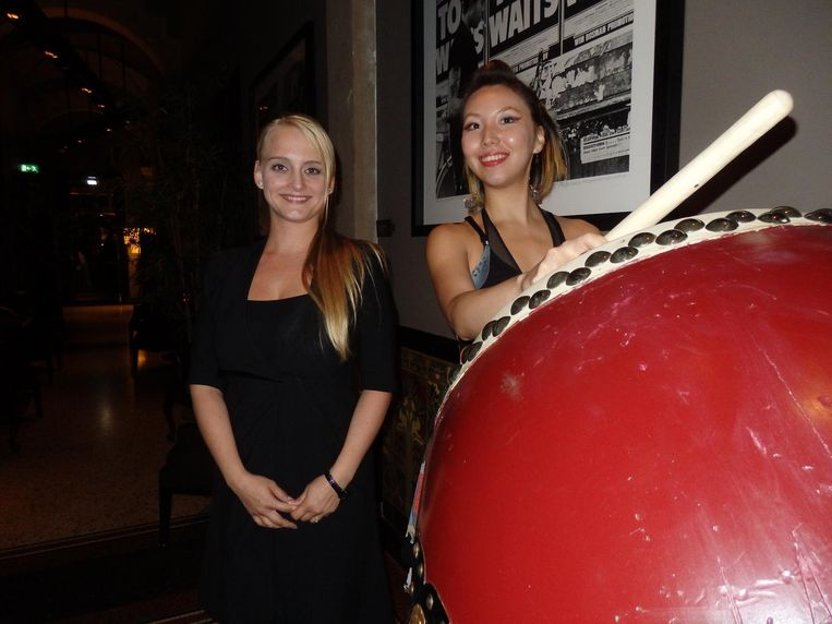 Hostess Krisztina Fejos (l) en Ryoko Imai, de hartelijke trommelaar, telkens als je langsloopt. Die trommel is een taiko, vandaar de restaurantnaam. Ook weer geleerd. Beeld Schuim