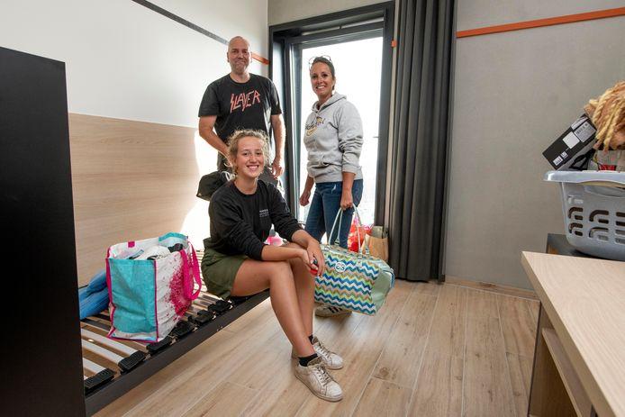 De ouders van Marie De Jonckheere, studente Biomedische Laboratoriumtechnieken, helpen haar met het uitladen van al haar spullen.