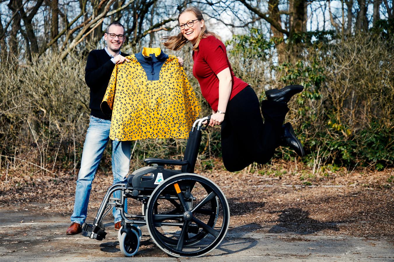 Daphne de Ruijter maakt kleding voor mensen met een lichamelijke beperking. Links compagnon Mark.