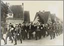 Duitse politie marcheert ruim 1.400 gevangenen af naar de trein op station Amersfoort naar Kamp Amersfoort.