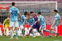 Messi tegen een overmacht van Celta-spelers.