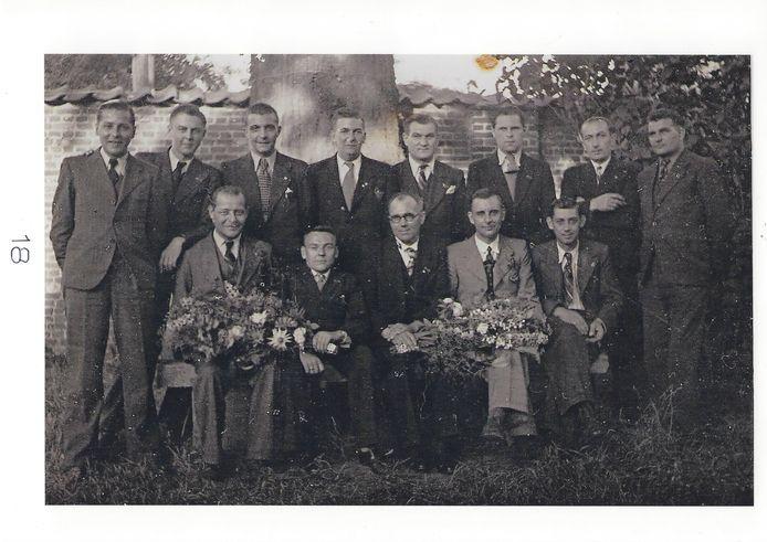 Een groepsfoto van de overlevenden van De Zwarte Hand, kort na de Tweede Wereldoorlog.