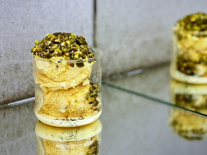 Perzisch saffraanijs van Milad met pistachekorst.