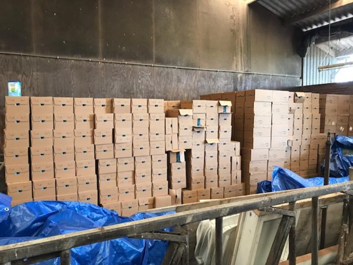 De dozen met daarin 9.000 blikken babyvoeding die donderdag in Gemert werden aangetroffen.