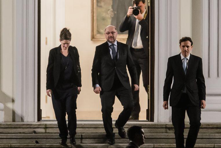 SPD-leider Martin Schulz (midden) verlaat een vergadering met de top van de CDU, de partij van Angela Merkel. Beeld EPA