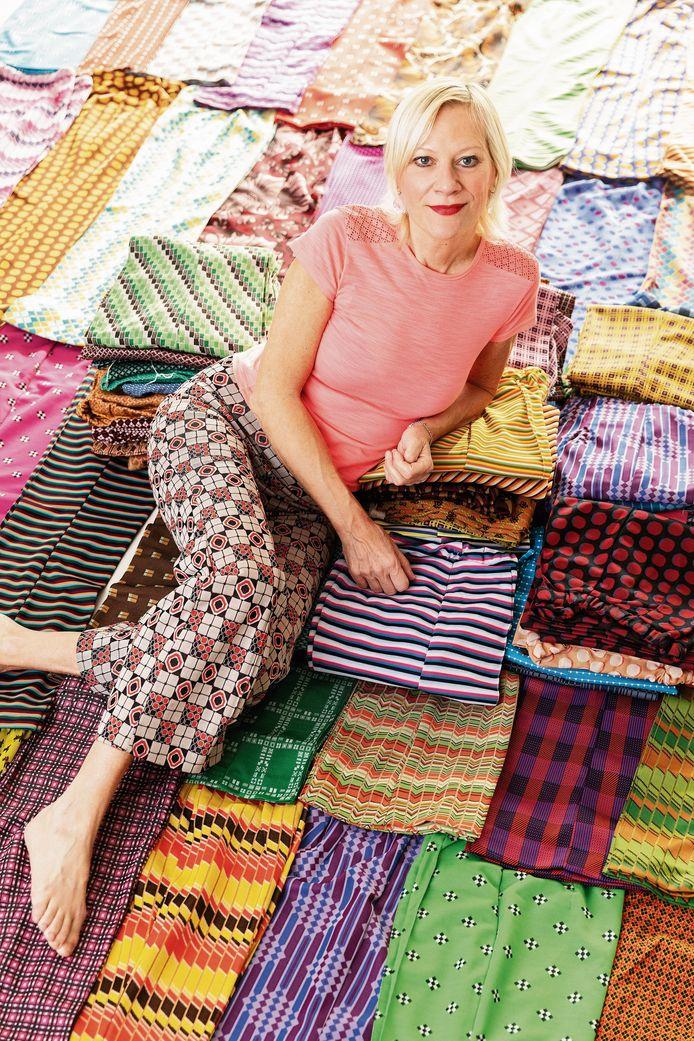 Nadine heeft 386 dezelfde broeken, in een verschillende kleur.