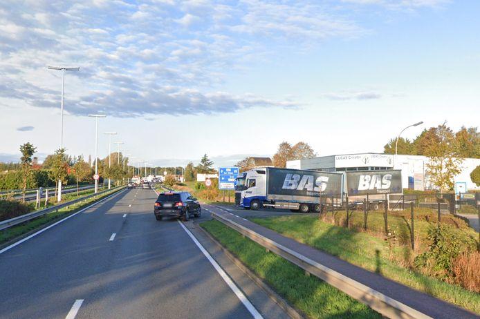 Het kruispunt van de N16 met de Laagstraat. Volgens AWV moeten bestuurders er te fors afremmen door afdraaiend of invoegend verkeer.