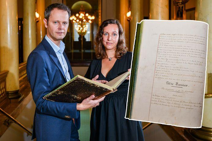 Auteurs Maartje van der Laak en Stefan Sottiaux met de originele, handgeschreven Belgische Grondwet: het antieke document werd bewaard in een vestiairekast, maar zal nu verhuizen naar de bezoekersruimte van het parlement.