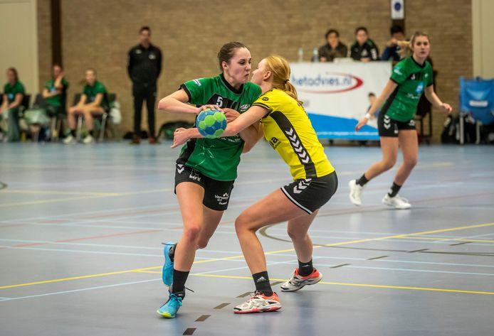 Handbalster Laura Swinkels in actie op archiefbeeld tijdens de wedstrijd MHV'81 - Sima Sport/Ventura.