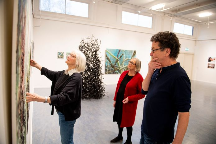 Januari vorig jaar: Kees Heemskerk richt met Ineke Pezie (midden) en Hanny Niessen de expositie 15 jaar kunsthal Hof 88 in. Inmiddels zijn Heemskerk en Pezie vertrokken. Hanny Niessen is bestuurslid.