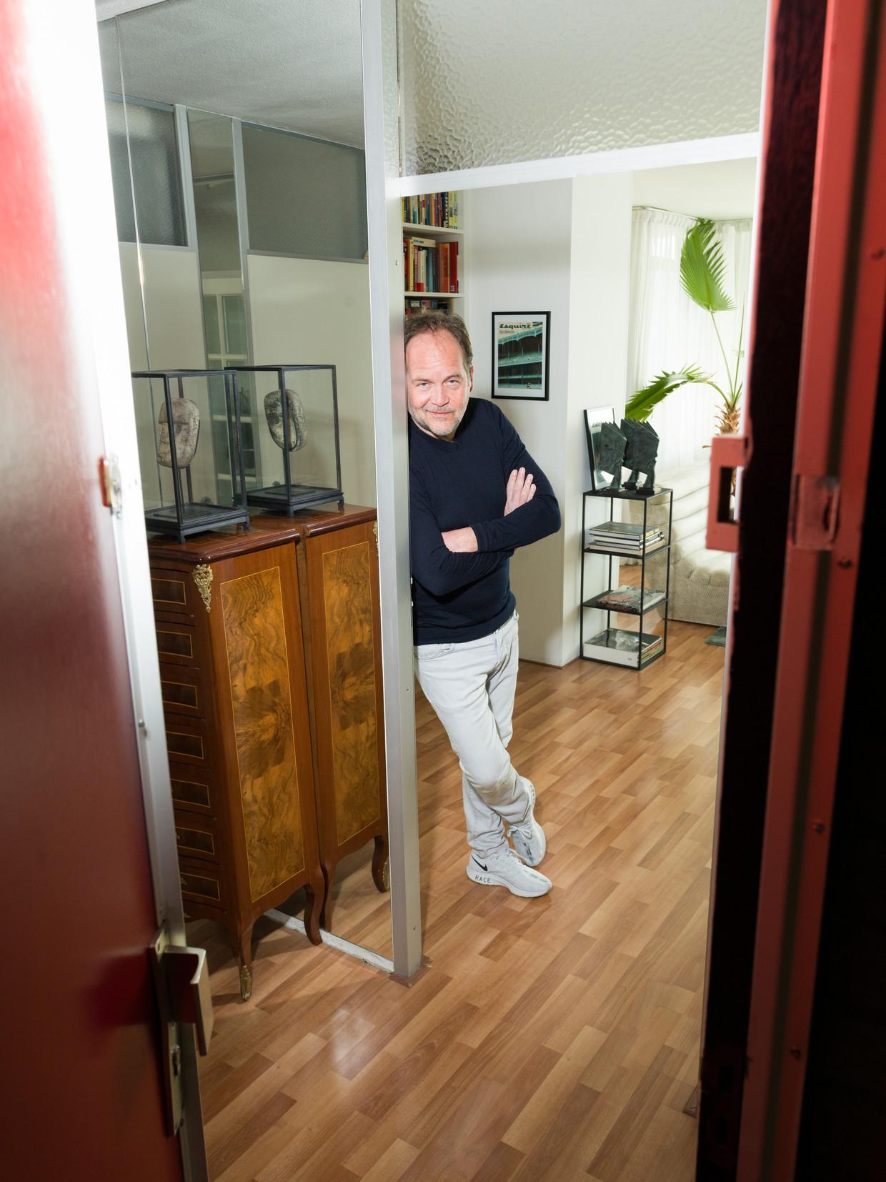 Michel van Egmond thuis tussen zijn memorabilia. Beeld null