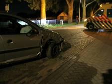 Auto tegen boom in Rouveen, bestuurder gewond