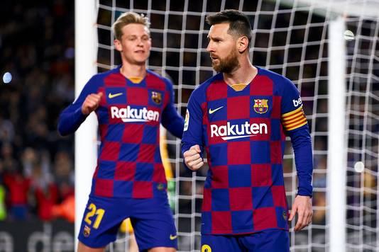 Lionel Messi krijgt de felicitaties van Frenkie de Jong.
