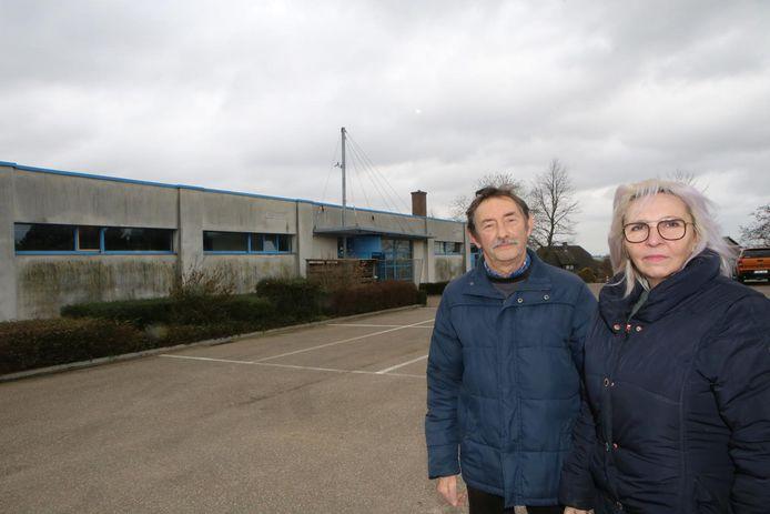 François Thielens en Conny Valvekens aan het voormalig zwembad De Beumkes.