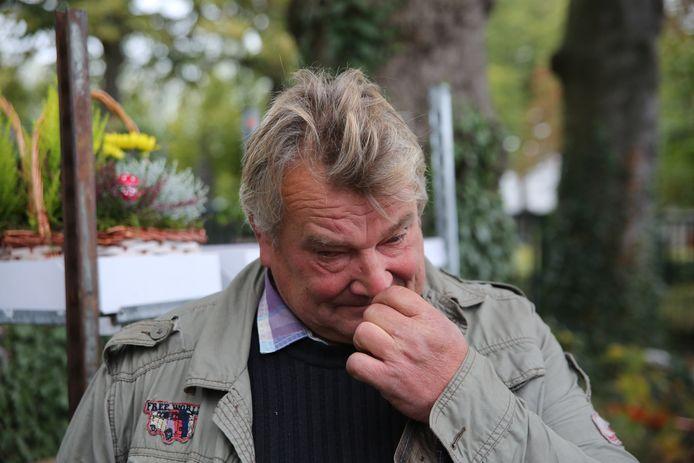 Ghislain Deschoemaeker krijgt het moeilijk als hij over zijn financiële problemen vertelt. Maar de massale steun doet véél deugd.