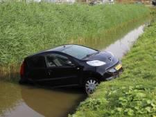 Auto belandt in sloot Den Hoorn