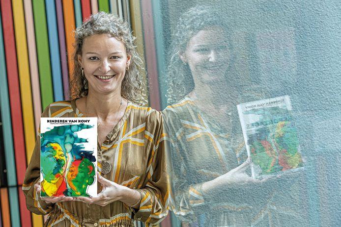 Yamina Marzougui met haar boek 'Kinderen van Kony'.
