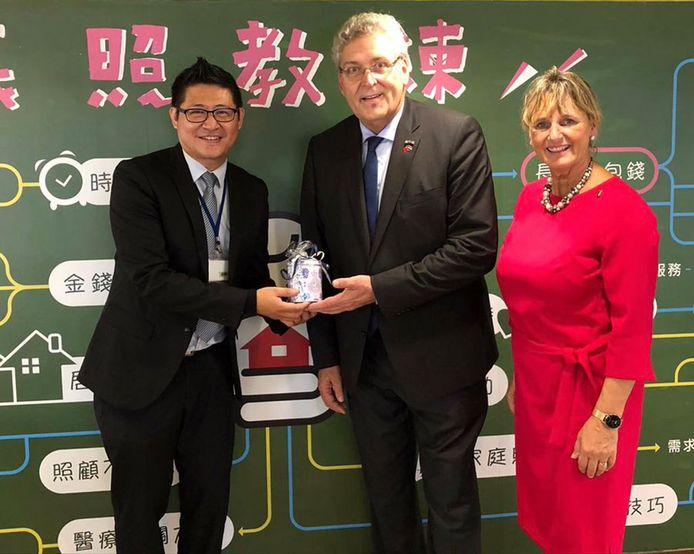 Krol gaf ook stroopwafels van de Tweede Kamer aan de premier van Taiwan en Taiwanese regeringsfunctionarissen, toen hij daar in oktober 2019 op werkbezoek was
