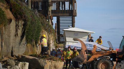 Rotswand stort in en verplettert drie personen op strand in Californië