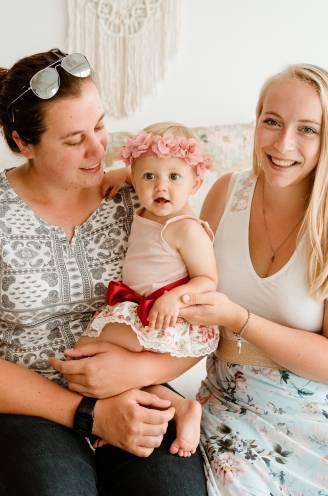 """Moederdag met 2: zo vieren lesbische mama's Xanthe en Anneleen. """"In de crèche knutselt Maëlle voor maar 1 van ons een cadeautje"""""""