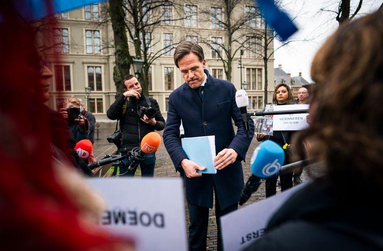 Premier Rutte spreekt met gedupeerde ouders in de kinderopvangtoeslagaffaire op het Plein in Den Haag, november 2020.  Beeld