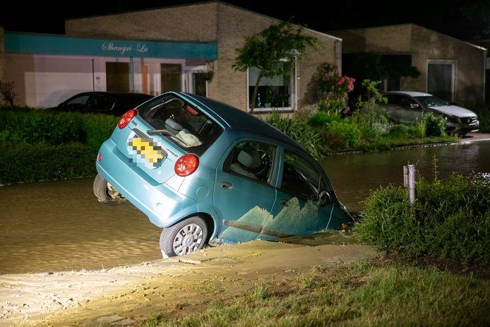 Een geparkeerde auto zakte deels weg in een sinkhole, maandagnacht in Roosendaal.