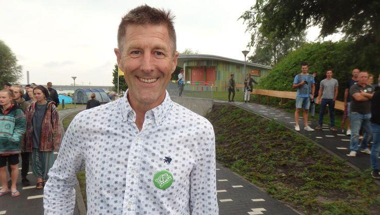 Toon Weijenborg (Camping Zeeburg), enthousiast eigenaar van het mooiste toilet van de hele wereld, achter hem Beeld Schuim