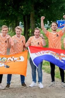 Twentse Oranjefans laten zich door niks afschrikken: 'We gaan voor de wedstrijd, niet voor de gaypride!'