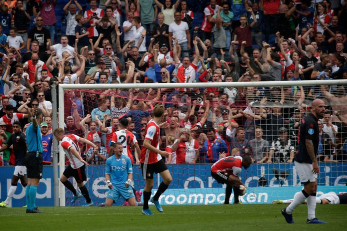 Op sportief gebied doet Feyenoord onder voor Ajax, maar in de wachtwoordencompetitie verslaat Rotterdam de Ajacieden ruim.