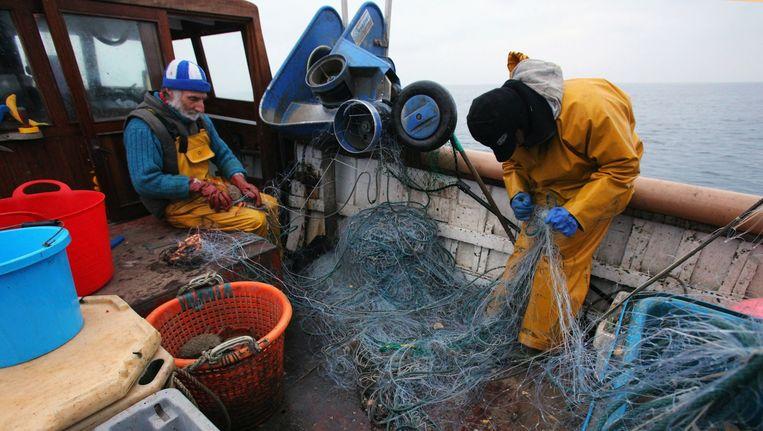 Engelse vissers halen nabij Cornwall hun netten binnen. Ze vissen vooral op krab en kreeft. Beeld Matt Cardy / Getty