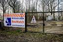 Beveiligingscamera's bij een zendmast in Oudenbosch, waar vorig jaar brand werd gesticht.