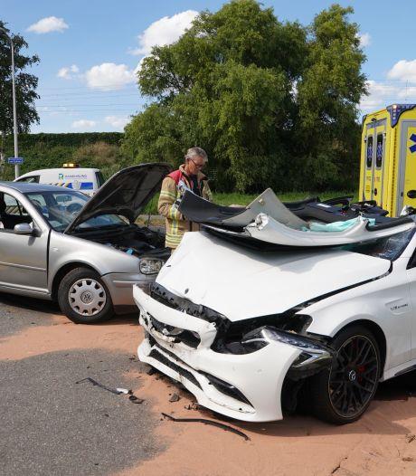 Twee gewonden bij verkeersongeluk in Capelle, slachtoffer uit auto geknipt