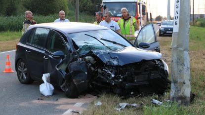 Bestuurder (59) gewond na crash tegen verlichtingspaal