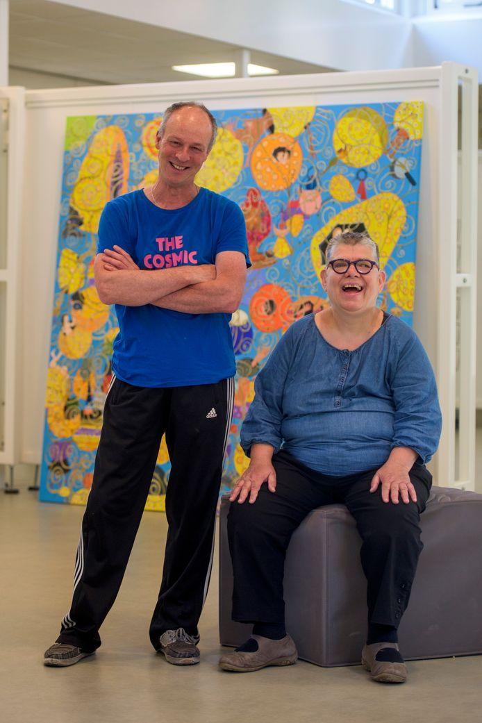 Marc Mulders (58) en Ria Mul (61) tegen de achtergrond van een op Jeroen Bosch geïnspireerd werk van Ria.