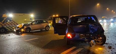Auto's botsen op elkaar in Arnhem, Apeldoornseweg dicht