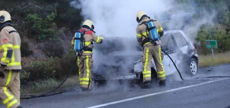 Auto brandt volledig uit op de snelweg bij afrit Loenen