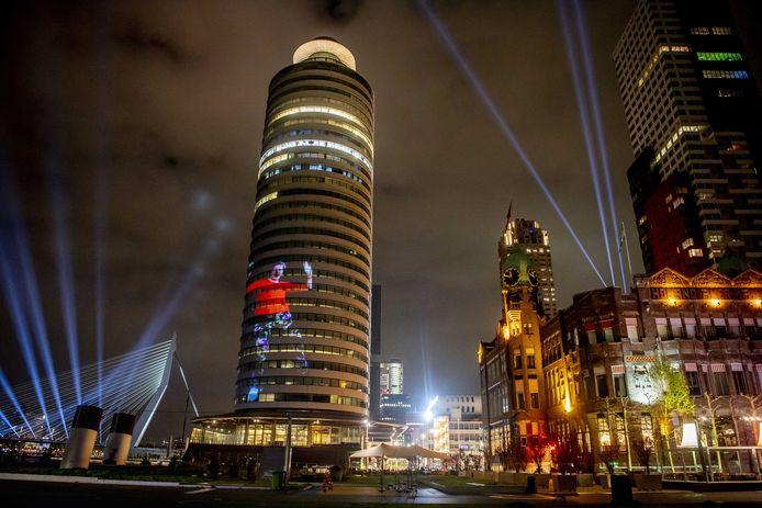 Hotel New York, de Erasmusbrug en het World Port Center vol in de spotlights. Wij wisten al hoe mooi Rotterdam is, maar nu is het uitgelekt naar de ganse planeet.