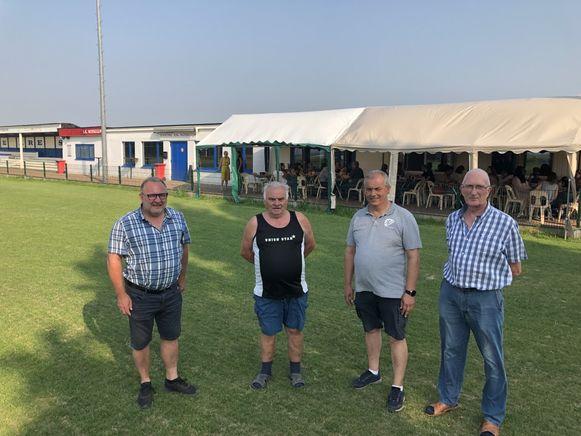 Onder meer voorzitter van SK Nossegem Piet Ockerman (links) en Robert De Mol (tweede van rechts) staan de komende dagen achter de toog van het pop-upcafé. Het terras zat woensdag al meteen goed vol.