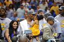 Kobe Bryant vierde de NBA-zege in 2009 met zijn familie.