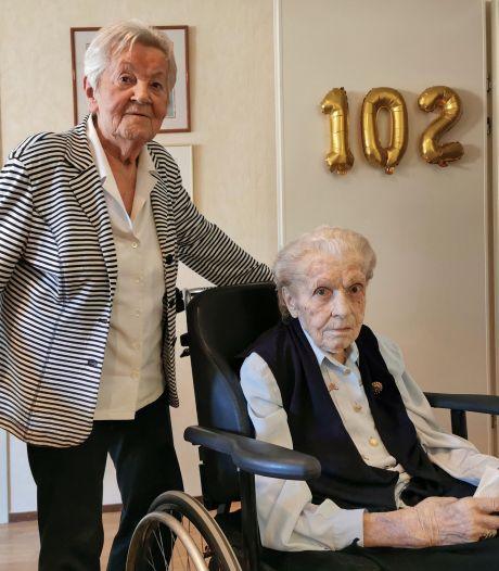 Marietje van Leeuwe (102) leest de krant nog zonder bril