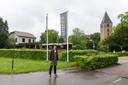 Rob van Hoorn, assistent-bedrijfsleider van hotel Zuiver, dat is gevestigd op de plek waar Leusden werd gesticht in de achtste eeuw. Rechts het torentje waarvan de kerk is afgebroken.