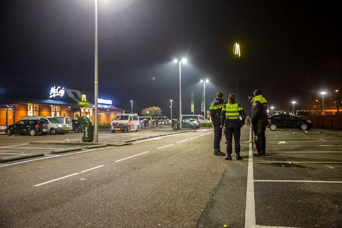 Politie stuurt mensen weg van de parkeerplaats bij de McDonald's in Roosendaal.